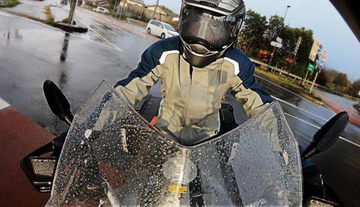 雨だ!でもバイクにのらなきゃ!ってときにオススメしたいレイングッズを紹介します。